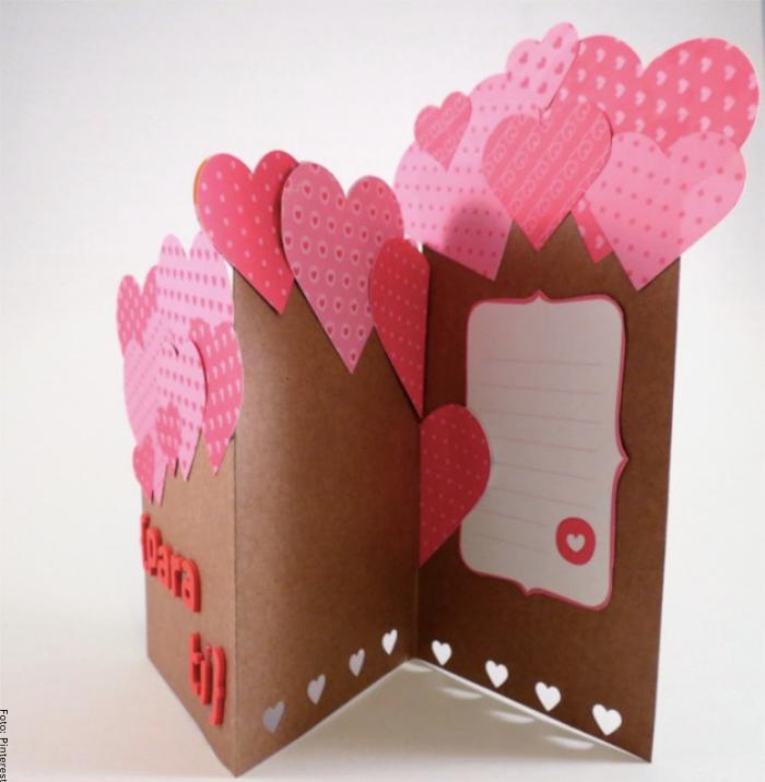 Foto de una carta llena de corazones