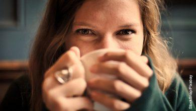 Foto de una mujer tomando una bebida que ilustra cómo desintoxicar el hígado