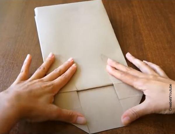 Foto de un papel plegado en varias partes
