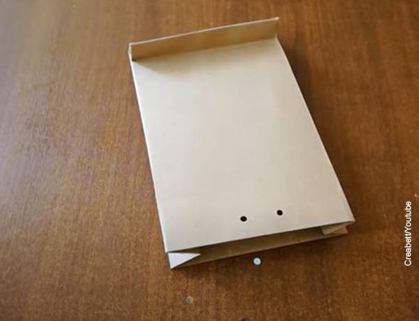 Foto de dos perforaciones en un papel kraft
