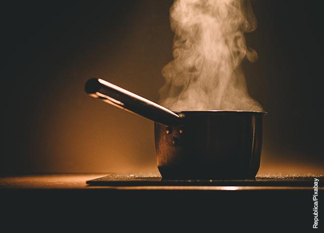 Foto de una olla caliente sobre la estufa