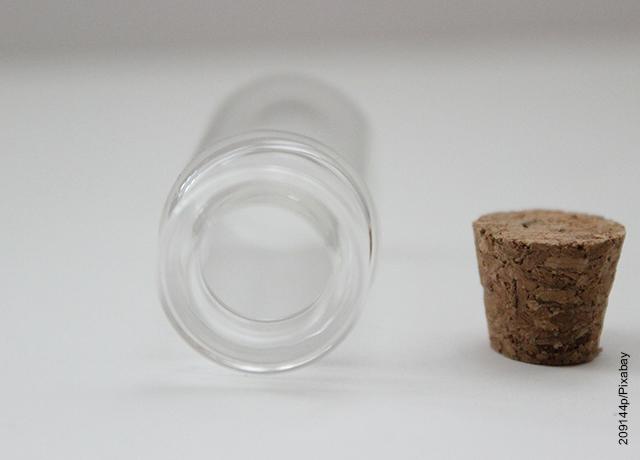 Foto de un tarro vació de vidrio con una tapa de corcho