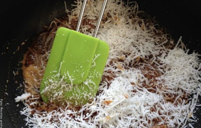 Foto del coco mezclado con el caramelo