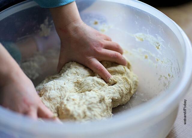 Foto de unas manos amasando harina que muestra cómo hacer empanadas