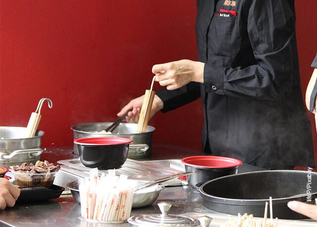 Foto de una mujer revolviendo alimentos