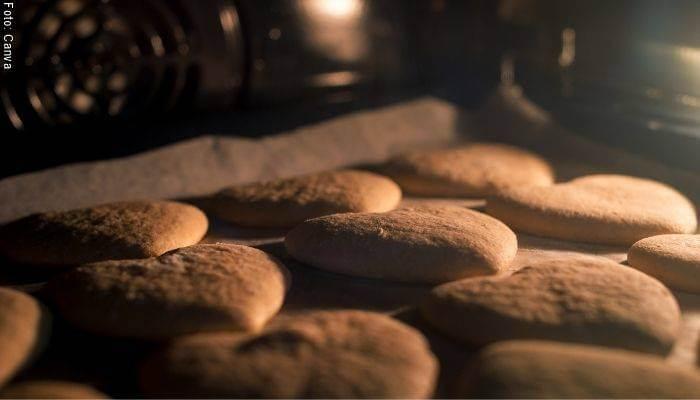 Foto de galletas dentro de un horno