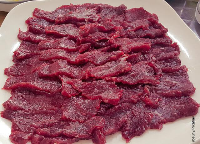 Foto de carne cruda en tiras
