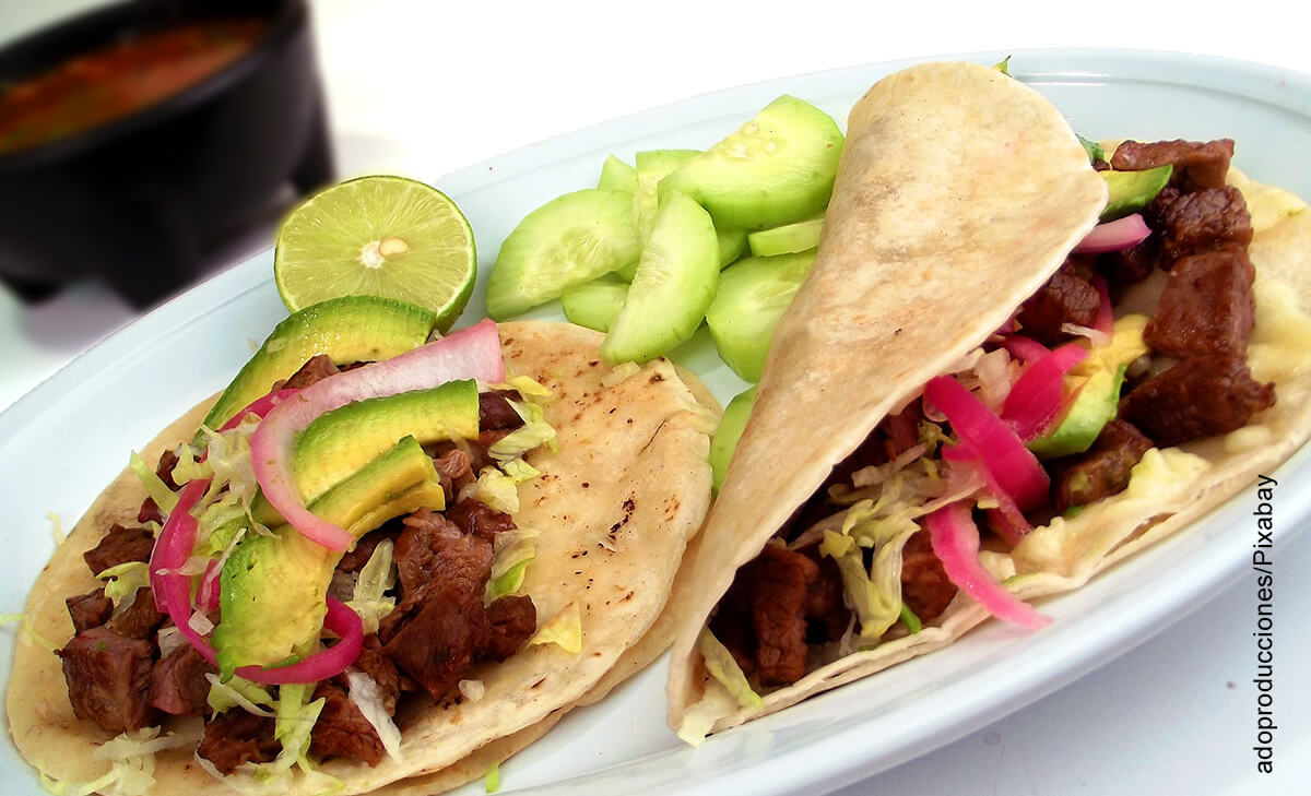 Foto de una orden de dos tortillas que muestran cómo hacer tacos