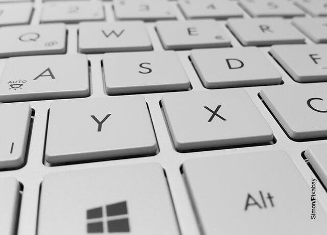 Foto del teclado de un computador que muestra cómo hacer una carta de petición