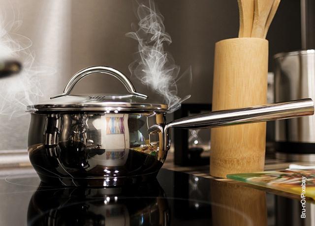 Foto de una olla calentando sobre una estufa