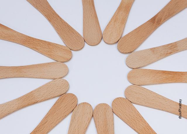 Foto de varios palitos de madera sobre una mesa blanca