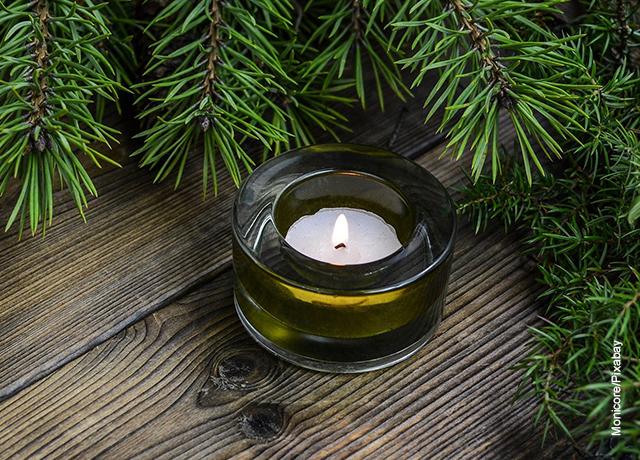Foto de una vela aromatizada en un recipiente de vidrio