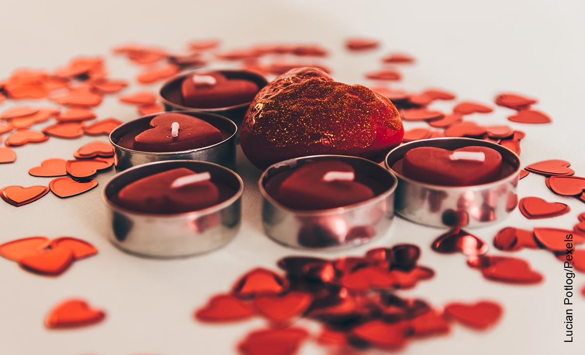 Foto de varias velas rojas en forma de corazón que ilustra cómo hacer velas