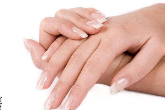 Foto de unas manos mostrando las uñas