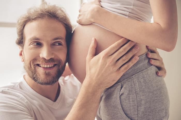 Foto de una pareja embarazada