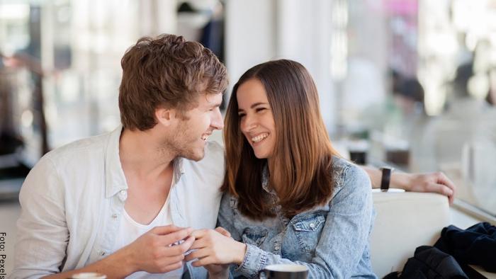 Foto de una pareja mirandose para ilustrar cómo saber si le gustas a alguien