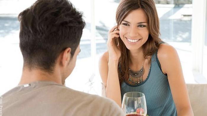 Foto de una pareja manteniendo el contacto visual para ilustrar cómo seducir a un hombre