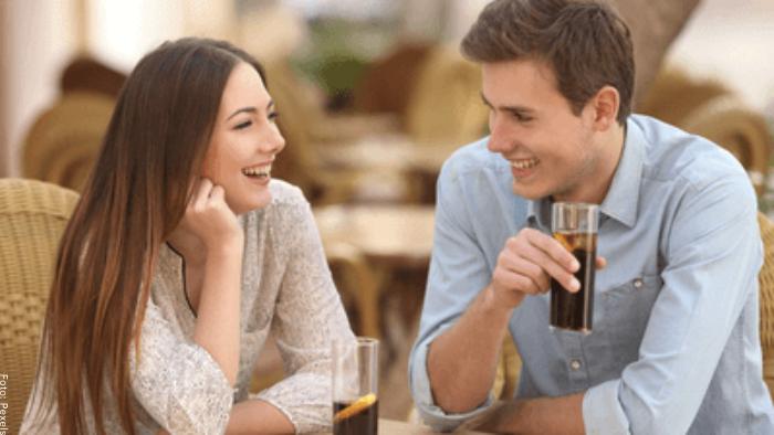 Foto de una pareja manteniendo una conversación
