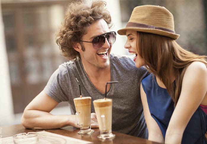 Foto de una pareja manteniendo contacto físico