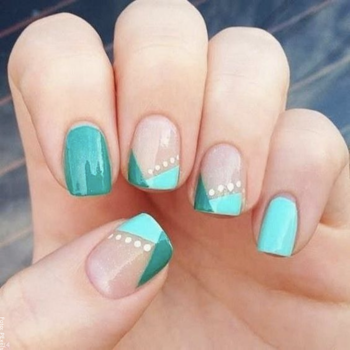 Foto de uñas decoradas con puntos en tono azul