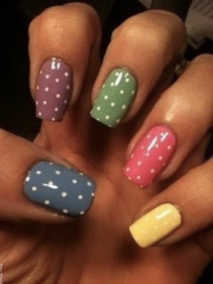 Foto de uñas multicolor decoradas con puntos blancos