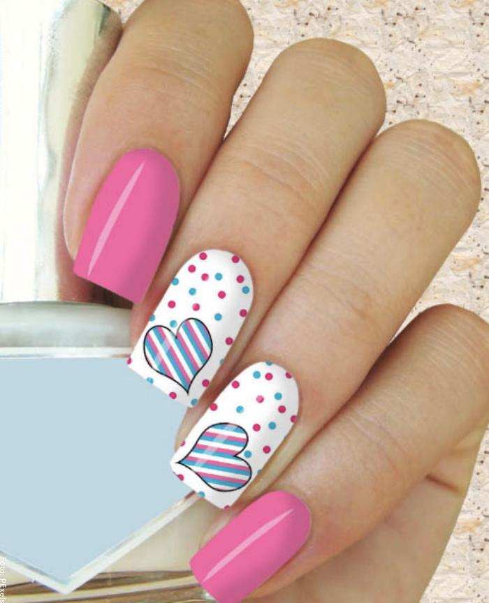 Foto de uñas decoradas con corazones, líneas y puntos