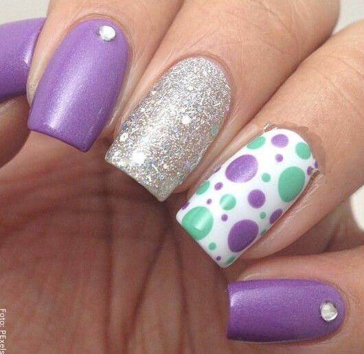 Foto de uñas con decoración de brillantes