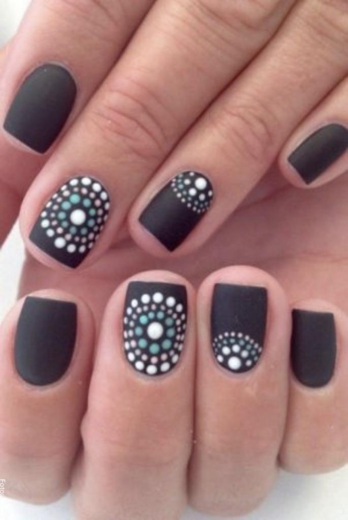 Foto de uñas decoradas con puntos blancos para ilustrar decoración de uñas con puntos