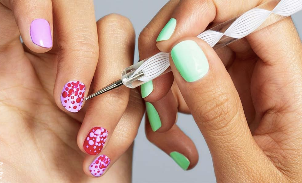 Decoración de uñas con puntos que desearás probar ¡ahora!