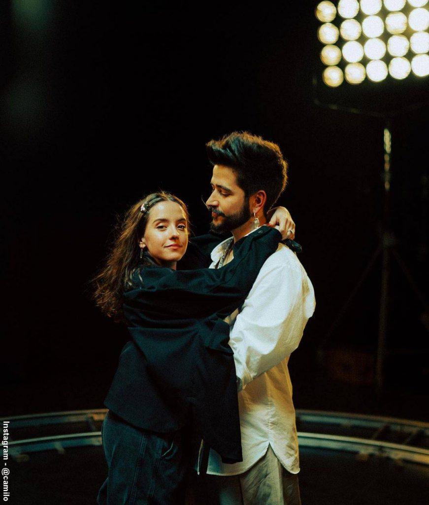 Foto de Camilo Echeverry abrazado a Evaluna Montaner