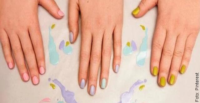 foto que ilustra manos con uñas pintadas con esmaltes mate