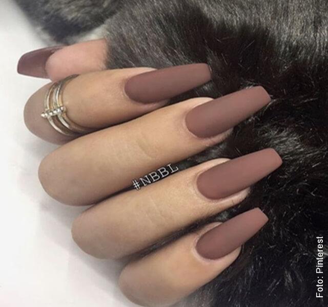 foto de uñas pintadas con esmalte mate