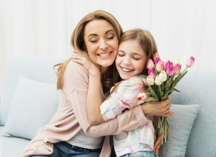 Foto de tía y sobrina dándose un abrazo