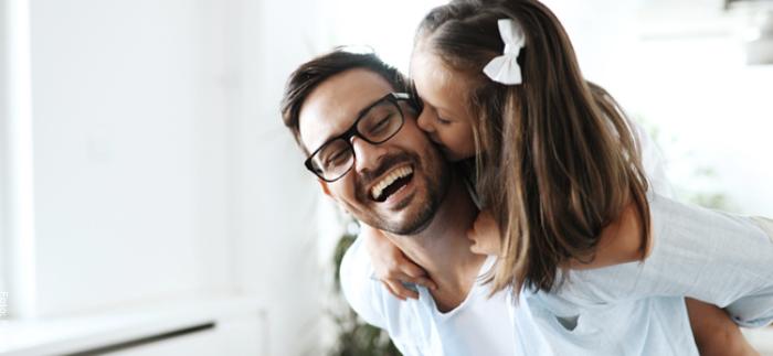 Foto de una sobrina dándole un beso en la mejilla a su tío