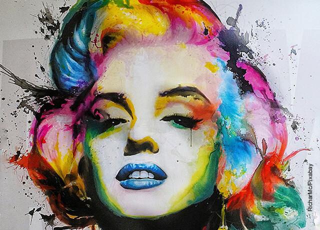 Foto de una pintura de varias colores de Marilyn Monroe