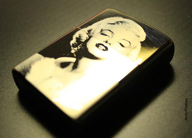 Foto de un encendedor con la cara de Marilyn Monroe