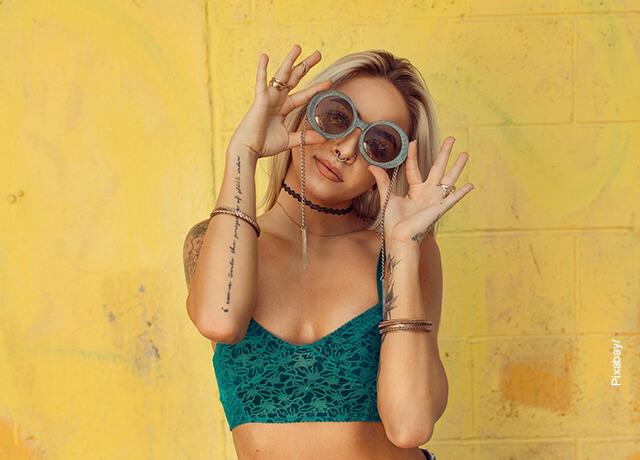 Foto de una modelo joven luciendo ropa de moda