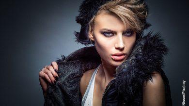 Foto de una modelo rubia posando a la cámara que muestra las frases de moda