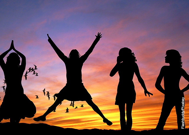 Foto de varias mujeres saltando al aire libre frente al atardecer