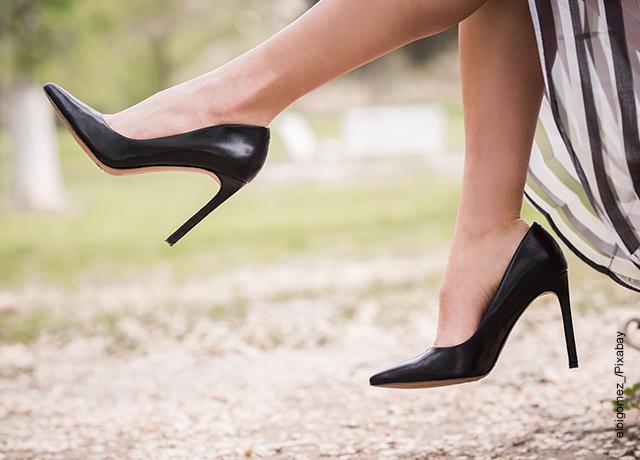 Foto de los pies de una mujer luciendo tacones