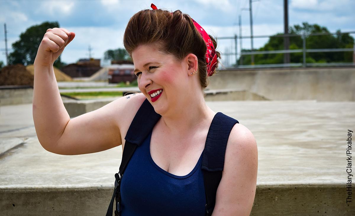 Foto de una mujer levantando su brazo que ilustra las frases de mujeres empoderadas
