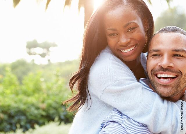 Foto de una pareja sonriendo feliz