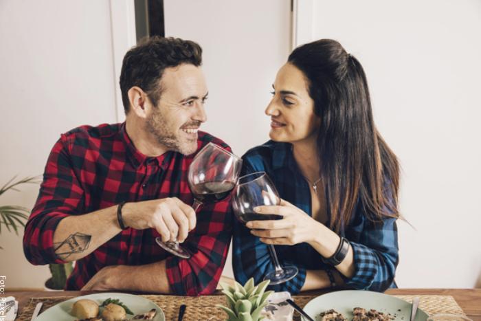 Foto de una pareja sonriendo para ilustrar frases para enamorar
