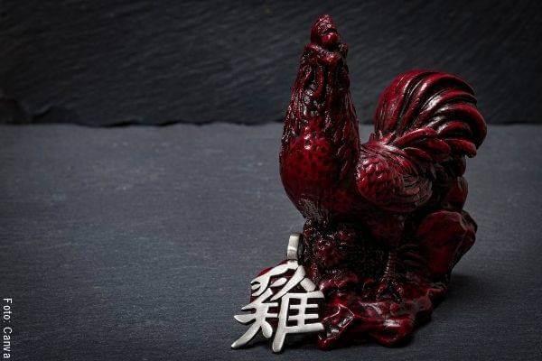 Foto de una porcelana roja en forma de gallo