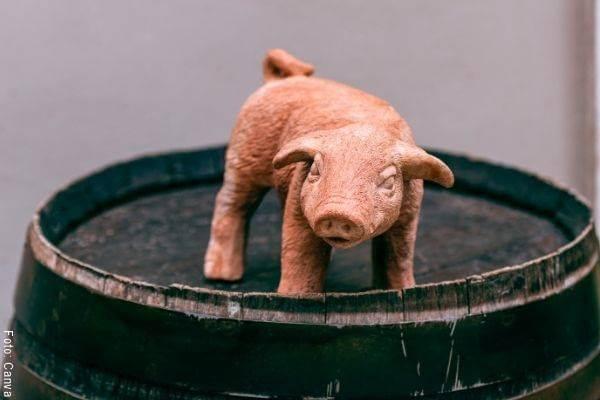 Foto de un marrano de cerámica sobre un barril
