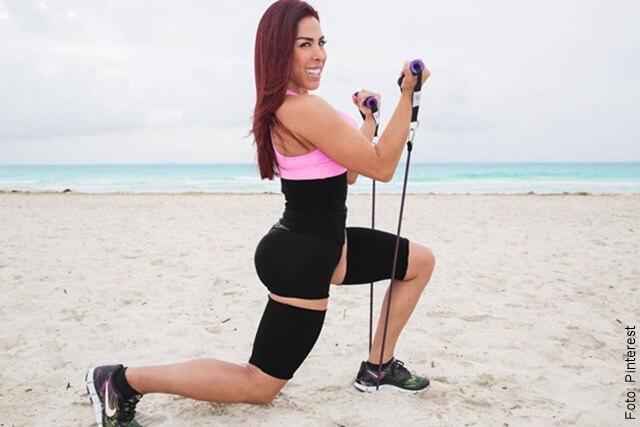 foto de una mujer haciendo ejercicio con faja