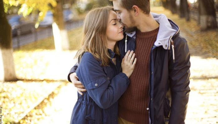 Foto de una pareja dándose un abrazo