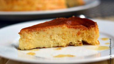 Foto de un trozo de postre sobre un plato que muestra la leche asada y su receta