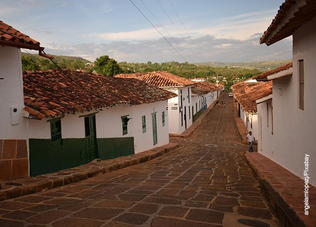 Foto de una calle colonial al atardecer
