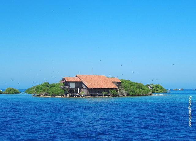 Foto de una casa rodeada por el mar